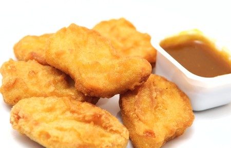 nuggets pollo: nuggets de pollo con salsa