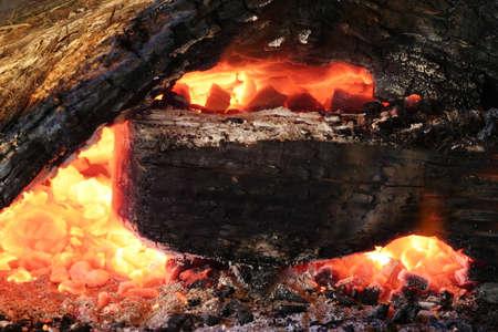 log fire: Entra Burning Fire con brace e cenere Archivio Fotografico