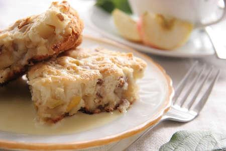 szarlotka: Dwa kawałki jabłecznik o słodkim sosie.
