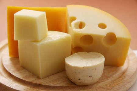 queso: Distintos tipos de quesos en una tabla de madera.  Foto de archivo