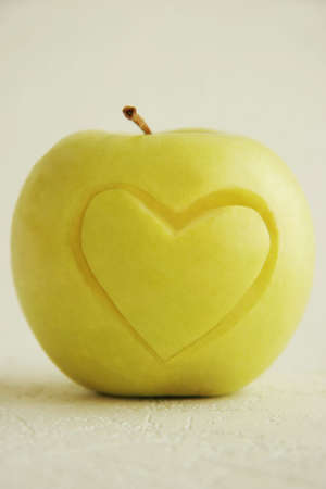 pomme jaune: Pomme jaune sur un fond clair. Banque d'images