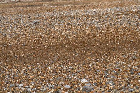 beach shingle: Spiaggia di ghiaia con la marea, la via d'uscita, lasciando l'acqua giaceva sulla sabbia  Archivio Fotografico