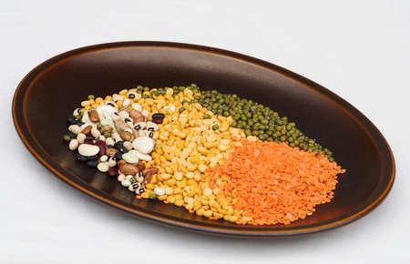 leguminosas: Plato de legumbres y leguminosas sobre un p�lido cuadro de tela