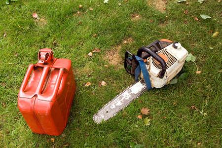 petrol can: Motosierra de gasolina y puede utilizarse para trabajos de jard�n