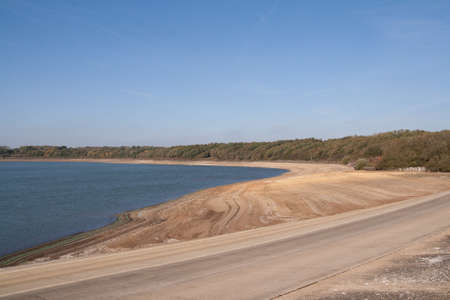 tortillera: Dique alrededor del dep�sito con la parte inferior de expsoed (casi seco) embalse