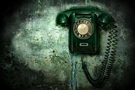 telefono antico: Vecchio telefono sul muro distrutto