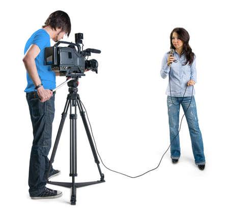 reportero: Reportero de televisi�n presenta las noticias en estudio, aislada en fondo blanco