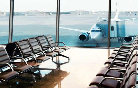 Sitze, Blick von der Flughafenhalle. Boarding. Standard-Bild