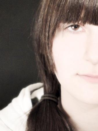 trenzas en el cabello: La mitad retrato de una joven con el pelo trenzado.