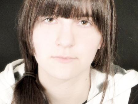 trenzas en el cabello: Retrato de una joven, con el pelo trenzado.