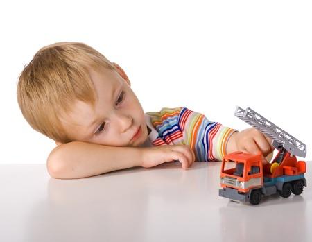 weariness: El muchacho est� cansado de jugar y mira a la m�quina  Foto de archivo