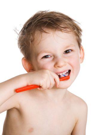 Ni�o feliz uno limpia los dientes