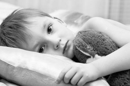 mirada triste: Ni�o triste con un oso del teddy
