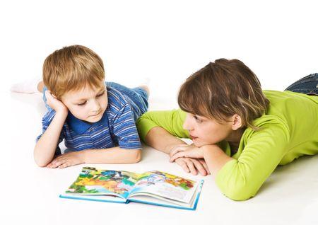 Madre e hijo juntos leer el libro