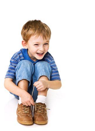 calcetines: Ni�o intenta vincular shoelaces