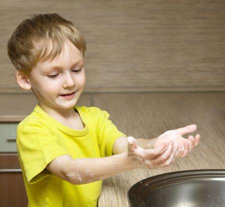 lavage mains: Mignon petit gar�on se laver les mains