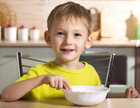 Gioiosa colazione di bambino Archivio Fotografico - 3911486