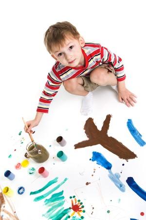 Chico con pinturas