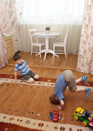 Les enfants jouent sur un sol Banque d'images