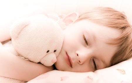 child sleeping: Dormir con ositos de peluche ni�o Foto de archivo