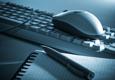 Herramientas de oficina en tonos azul