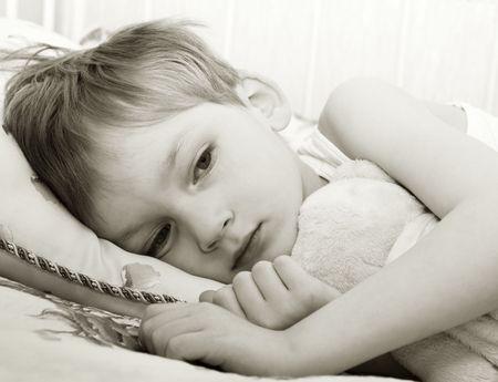 occhi tristi: Bambino triste a letto