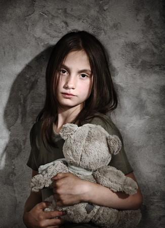 petite fille triste: Triste petite fille avec jouet