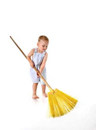 retama: Ni�o peque�o, limpieza con escoba  Foto de archivo