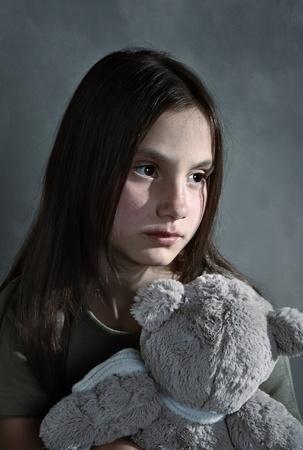 petite fille triste: Triste jeune fille avec toy Banque d'images