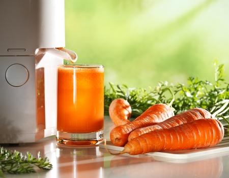 verre de jus d orange: Jus de carottes frais Banque d'images