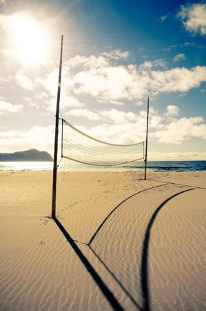 pelota de voley: Una red de voleibol de playa en un d�a soleado, en una playa vac�a