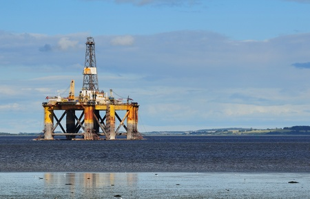 Plataforma petrolera en alta mar, norte de Escocia photo