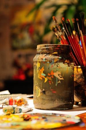 Still life di spazzole artista s in illuminata dal sole in studio