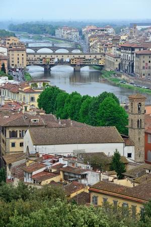 retained: FLORENCIA, Italia - 28 de abril: Ponte Vecchio puente de arco sobre el r�o Arno, el 28 de abril de 2013 en Florencia, Italia. Es el �nico puente de Florencia, ha conservado su aspecto original, ya 1.345 a�os.