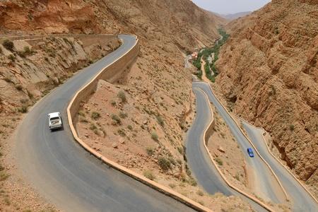 Gargantas del Dades, Marruecos - el 11 de julio Coches en una carretera con curvas 11 de julio de 2013, de Dades Gorges, Marruecos, carretera de Dades Gorges ruta tur�stica muy popular en el este de Marruecos
