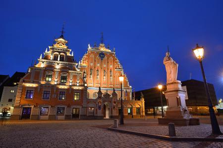 fraternidad: RIGA, Letonia - 10 de marzo: el casco antiguo de Riga con el edificio de la Hermandad de las Cabezas Negras el 10 de marzo de 2015, de Riga, Letonia. El casco antiguo es de los sitios del patrimonio mundial de la UNESCO.