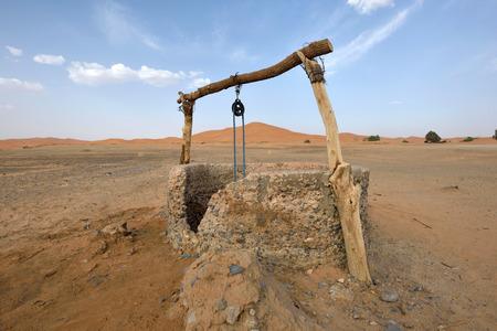 desierto del sahara: Pozo de agua en el desierto del Sahara, Marruecos, África del Norte