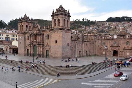 bandera de peru: CUSCO, PERU - August 31, 2016: View of Plaza De Armas of Cusco, Peru on August 31, 2016. In 1983 Cusco was declared a World Heritage Site by UNESCO.