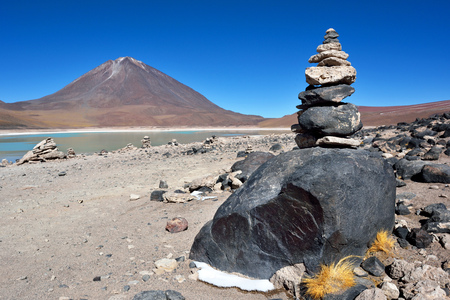 lipez: Licancabur is a highly symmetrical stratovolcano on the southernmost part of the border between Chile and Bolivia