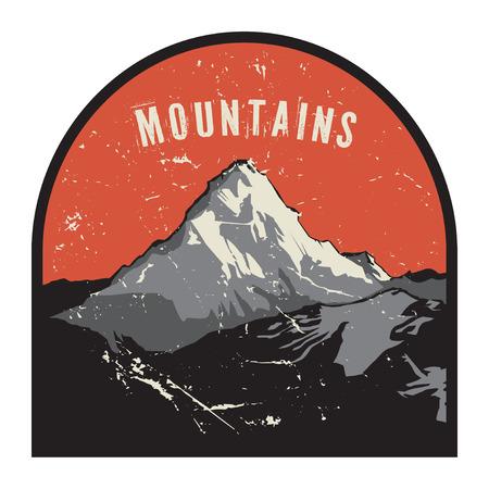 montañas nevadas: Montañas insignia o emblema. Aventura al aire libre, montaña expedición, insignia escalada de montaña cubierto de nieve, etiqueta pico de la montaña con las montañas de texto, ilustración vectorial