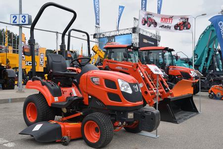 cargador frontal: VILNIUS, LITUANIA - 27 DE ABRIL: Tractor Kioti CS2610 el 27 de abril de 2017 en Vilnius, Lituania. Kioti Tractor es el nombre comercial de los tractores Daedong en América del Norte y Europa. Editorial