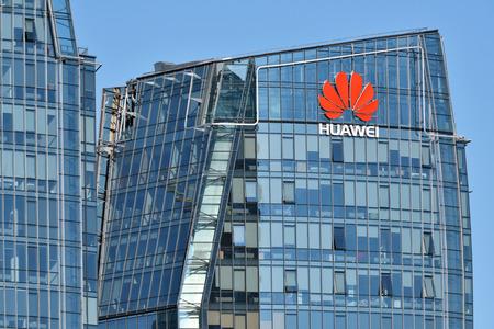 Vilnius, 27 mars: logo Huawei sur un immeuble le 27 mars 2018 à Vilnius, Lituanie. Huawei est une multinationale chinoise d'équipements et de services de réseaux et de télécommunications.