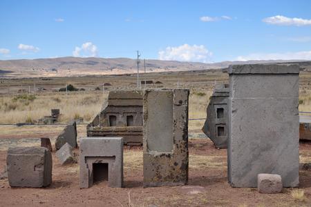 Ruinen von Pumapunku oder Puma Punku Teil einer großen Tempelanlage oder Denkmalgruppe, die Teil der Tiwanaku-Stätte in der Nähe von Tiwanaku, Bolivien ist? Standard-Bild