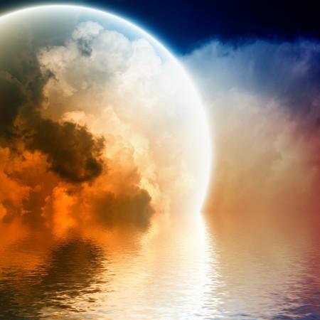 Fantastische gloeiende bol in hemel met reflectie in water Stockfoto