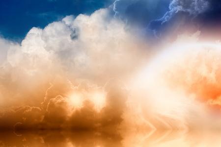 infierno: Fondo fant�stico - arco iris brillante y dos estrellas en el cielo nublado con reflrction en el Oc�ano Foto de archivo