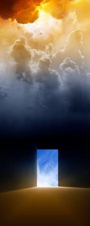 infierno: Fondo dram�tico - puerta abierta, luz brillante de cielo Foto de archivo