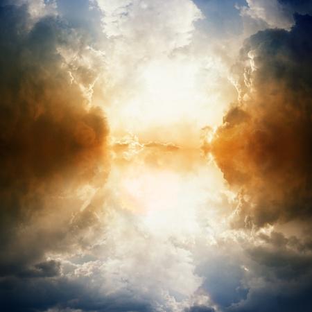 himlen: Dramatisk bakgrund - mörk himmel, starkt ljus, reflektion i vatten