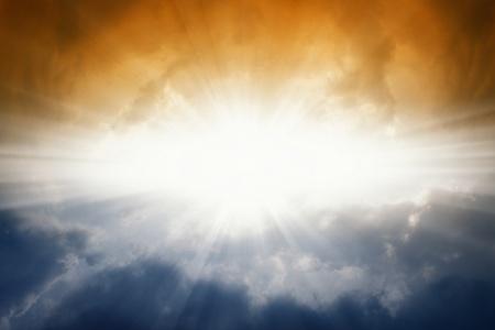Mooie achtergrond - felle zon in de donkere hemel Stockfoto