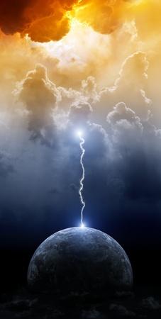 infierno: Gran éxito el rayo del planeta Tierra en el cielo oscuro dramático Foto de archivo
