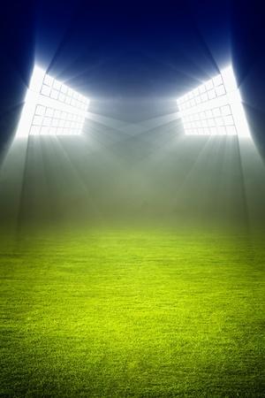 cancha deportiva futbol: Verde campo de fútbol, ??luces brillantes, sistema de iluminación del estadio
